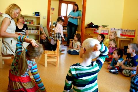 Dr.Signe Ozoliņa māca zobu tīrīšanas tehnikas bērniem